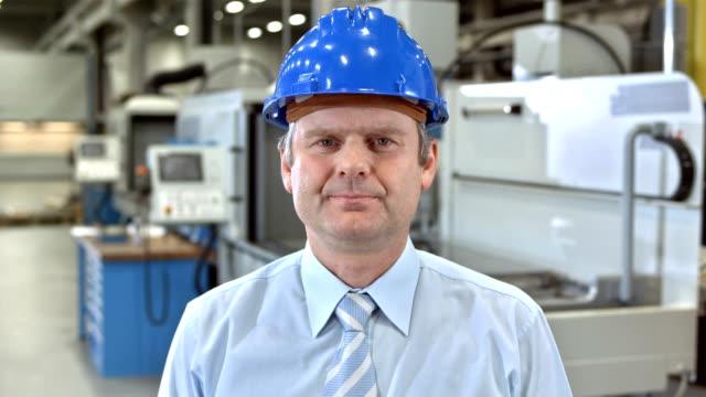 vídeos de stock, filmes e b-roll de ms fabricação gerente de ter um vídeo conferência - camisa e gravata