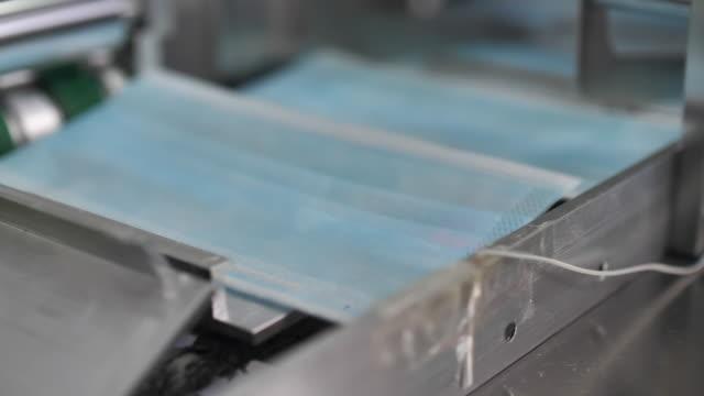 tillverkning av skyddande ansiktsmask produktionslinje i fabriken - 10 seconds or greater bildbanksvideor och videomaterial från bakom kulisserna