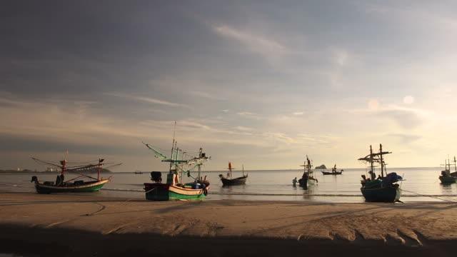 朝ビーチで多くのアジアの漁船が係留 - ヒート点の映像素材/bロール