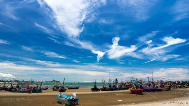 ビーチで多くのアジアの漁船係留 - ヒート点の映像素材/bロール