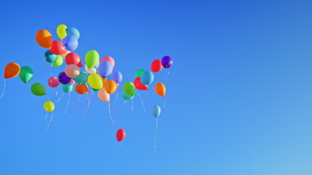 vídeos y material grabado en eventos de stock de slo mo ld muchos globos flotando en el cielo azul claro - globo de helio