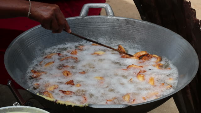 Many bananas fried in boiling oil.
