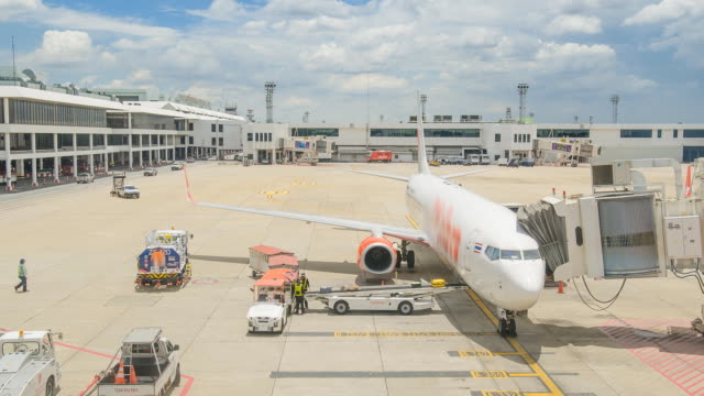 vídeos de stock, filmes e b-roll de tl: muitos buggages para carregar para o avião comercial - carregando