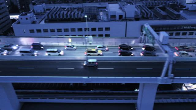 vídeos y material grabado en eventos de stock de muchos coches en la entrada elevada - vista de población