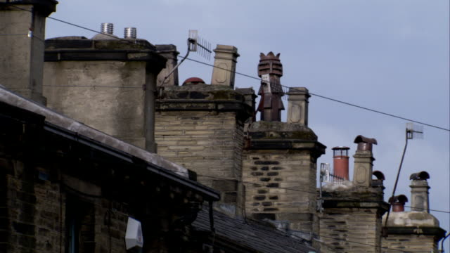 many chimneys line the rooftops of a terraced street. available in hd. - terraced house stock videos & royalty-free footage