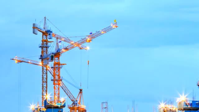 Grues de travail au grand chantier de Construction du temps qui passe