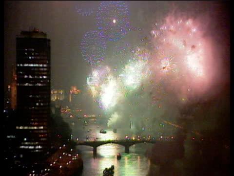 vídeos de stock e filmes b-roll de many fireworks explode over river thames millennium eve celebrations; 31 dec 99 - ano 2000