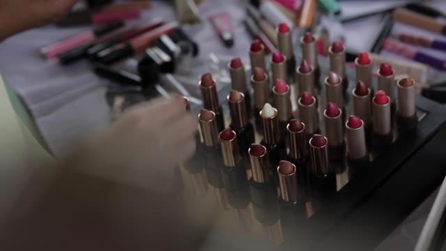 vídeos de stock, filmes e b-roll de many lipsticks - cosmético