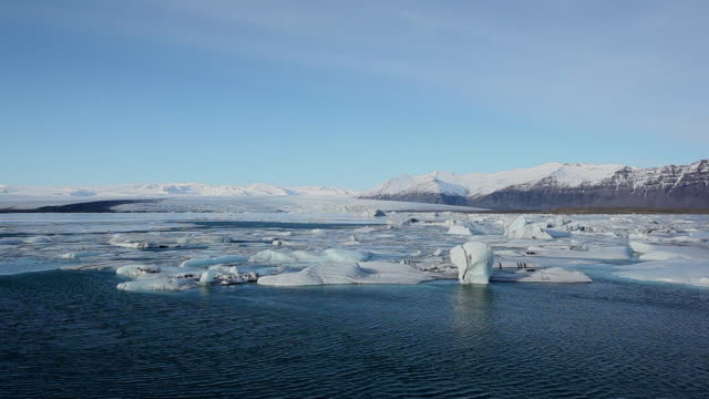 ws many melting glaciers floating at jokulsarlon lake / iceland - jokulsarlon stock-videos und b-roll-filmmaterial