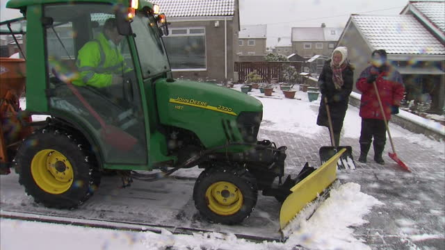 vídeos de stock, filmes e b-roll de many parts of the uk are bracing for snow and sleet today following a day of gales the met office is warning of blizzardlike conditions in some areas... - chuva congelada