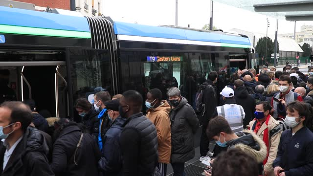 vidéos et rushes de many people are waiting to get on board during the inauguration of the new tramway line between porte de choisy and orly on april 10, 2021 in paris,... - tramway