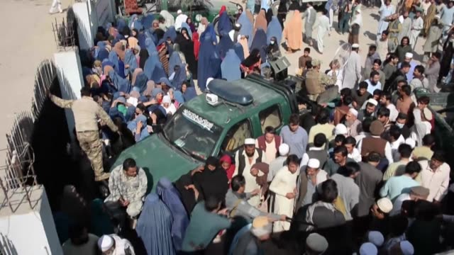 stockvideo's en b-roll-footage met many people continue to assemble and get past gates to enter a stadium in in the afghan city of jalalabad to apply for pakistani visas despite a... - op hol slaan
