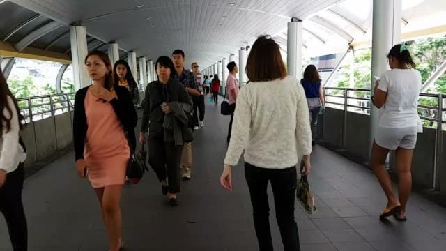 vidéos et rushes de beaucoup de gens allant à leur lieu de travail dans le quartier d'affaires de bangkok, en utilisant les transports en commun publics - train aérien