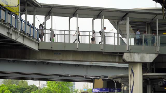 vídeos y material grabado en eventos de stock de mucha gente va a su lugar de trabajo en la zona de negocios de bangkok usando el sistema de transporte público - vehículo comercial terrestre