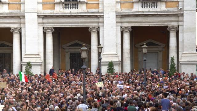 many people in rome - dimostrazione di protesta video stock e b–roll