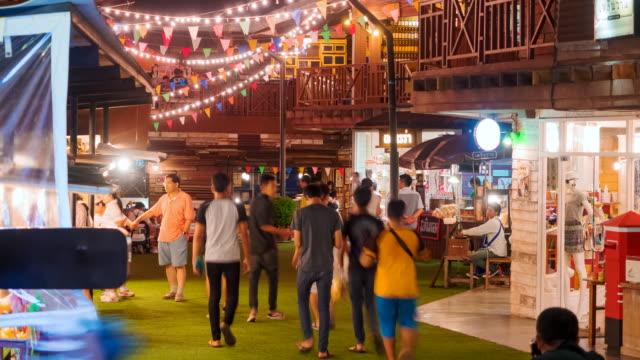 vídeos de stock e filmes b-roll de muitas pessoas às compras no mercado de noite plearn wan vintage aldeia (bazaar) de hua hin - mercado noturno
