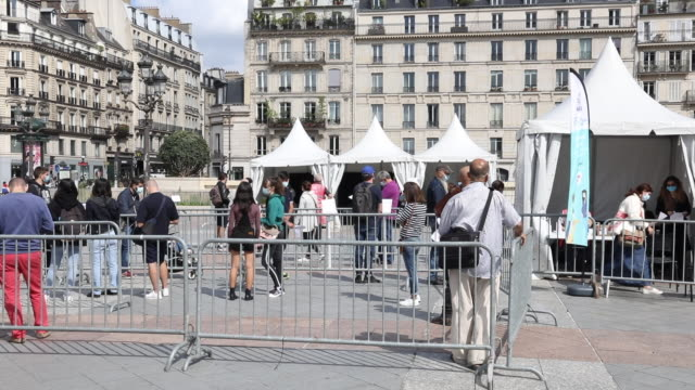 paris france september 1 many people stand in line to take a covid19 test in the free covid19 test center installed in front of the paris city hall... - frankrike bildbanksvideor och videomaterial från bakom kulisserna
