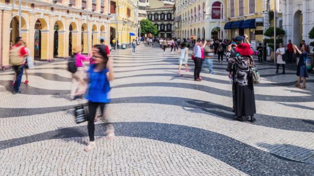 Viele Menschen zu Fuß und Einkaufen in der Straße zu Ruinen von St. Paul, Es hat viele Geschäfte für Touristen zu kaufen oder zu essen.
