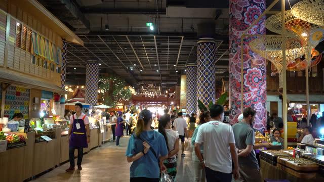 vídeos de stock, filmes e b-roll de muitas pessoas andando e fazendo compras em shopping center - bangkok