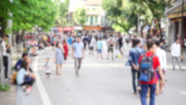 ベトナム ・ ハノイの通りを歩いて歩いて多くの人々 - 25セント硬貨点の映像素材/bロール