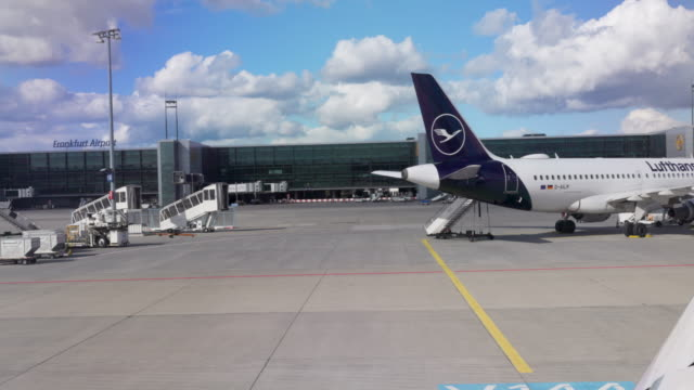 many planes are still grounded because of covid-19 travel restrictions. while 90% of the european flights are back up, international demand is still... - gestrandet stock-videos und b-roll-filmmaterial