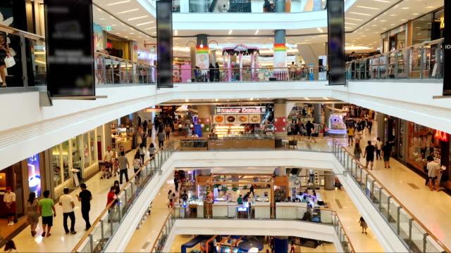 vidéos et rushes de panoramique photo de nombreux poeple dans un centre commercial - hall d'accueil
