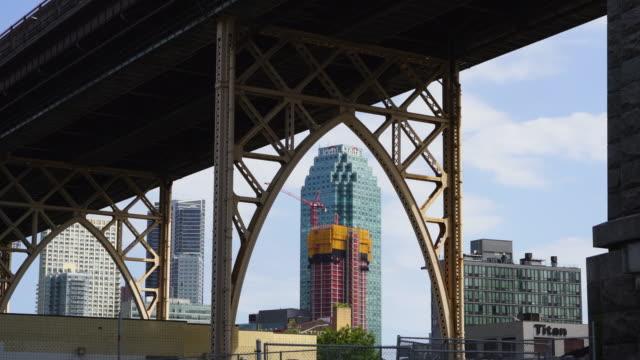 many queens plaza high-rise buildings appear for redevelopment behind the queensboro bridge in long island city queens ny usa on may 24 2019. - fönsterrad bildbanksvideor och videomaterial från bakom kulisserna