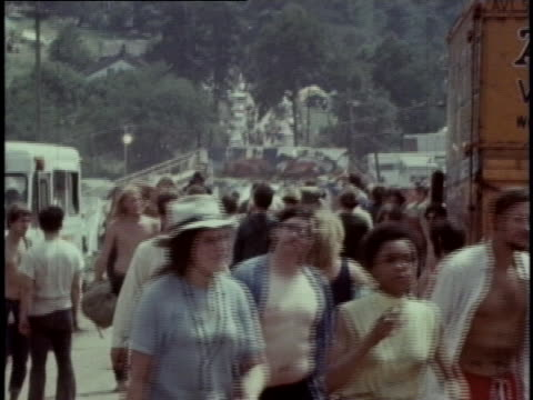 many spectators walk into the woodstock festival in 1969 - music or celebrities or fashion or film industry or film premiere or youth culture or novelty item or vacations stock-videos und b-roll-filmmaterial