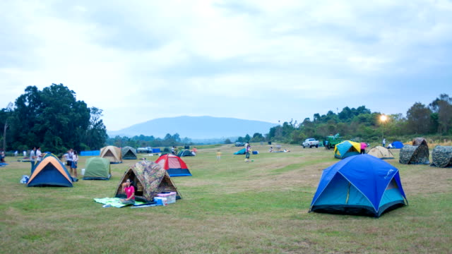 vídeos y material grabado en eventos de stock de muchas tiendas en un festival campsite - tienda de campaña