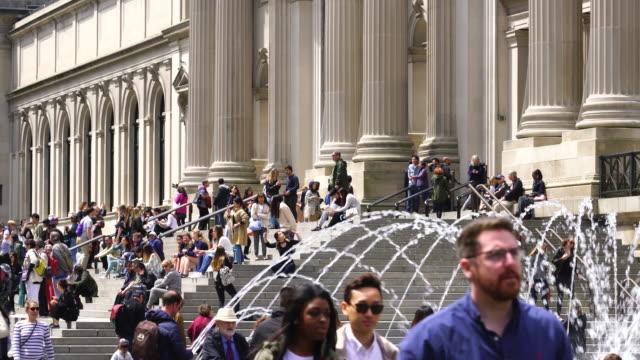 vídeos y material grabado en eventos de stock de many tourists and visitors at the entrance of the metropolitan museum of art at uptown manhattan new york city - met