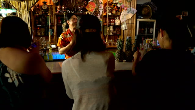 many tourists at a tropical themed resort drinking at the bar counter - 35 39 jahre stock-videos und b-roll-filmmaterial