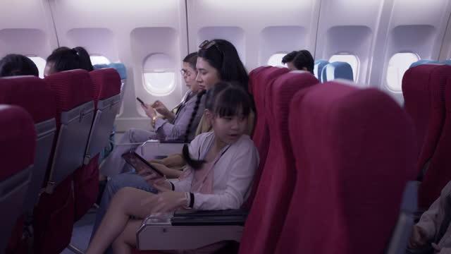 viele touristen, die im flugzeug reisen. - passagier stock-videos und b-roll-filmmaterial