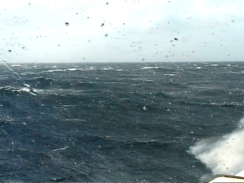 vidéos et rushes de ms many waves, massive sea swell, mist like water spray hits lens, south atlantic - proue