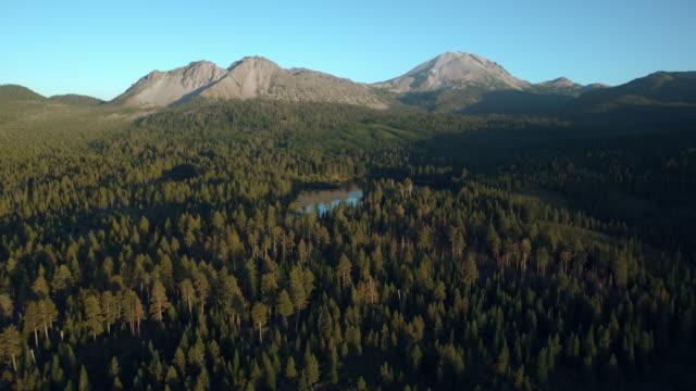 manzanita lake with chaos crags and lassen peak, lassen volcanic national park, california. - wildnis stock-videos und b-roll-filmmaterial
