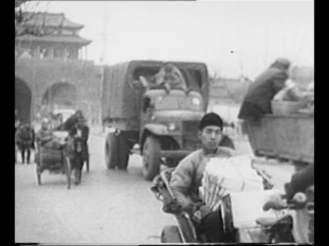 vídeos de stock e filmes b-roll de mao tse-tung, wearing bulky overcoat, raises arm in salute / people's liberation army officer salutes as soldiers stand at attention in background /... - mao tse tung