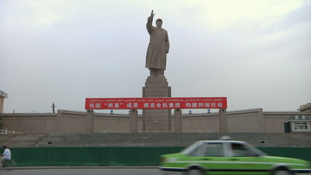 ws mao zedong statue above street / kashgar, xinjiang, china - mao tse tung video stock e b–roll