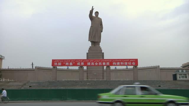 vídeos y material grabado en eventos de stock de ws mao zedong statue above street / kashgar, xinjiang, china - mao tse tung
