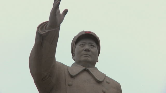 cu la mao zedong statue / kashgar, xinjiang, china - mao tse tung video stock e b–roll