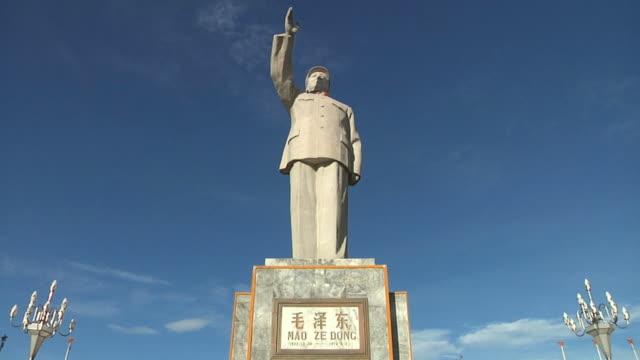 vídeos y material grabado en eventos de stock de t/l ws la mao zedong statue with nameplate, clouds moving behind / yangshuo, guangxi, china - mao tse tung