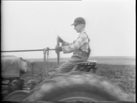 map of north america / canadian labor volunteers walking across the border into maine / harvesting a potato field tractor drives one row barrels... - anno 1942 video stock e b–roll