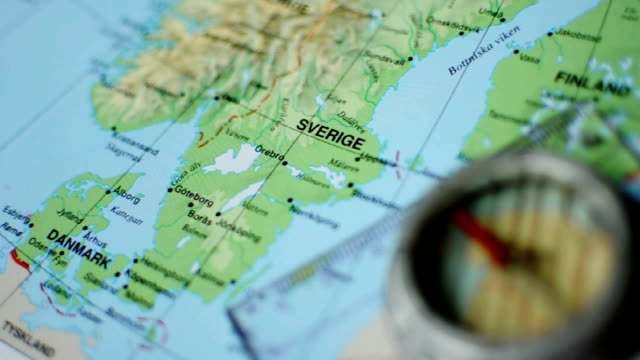 mappe di svezia con bussola - svezia video stock e b–roll