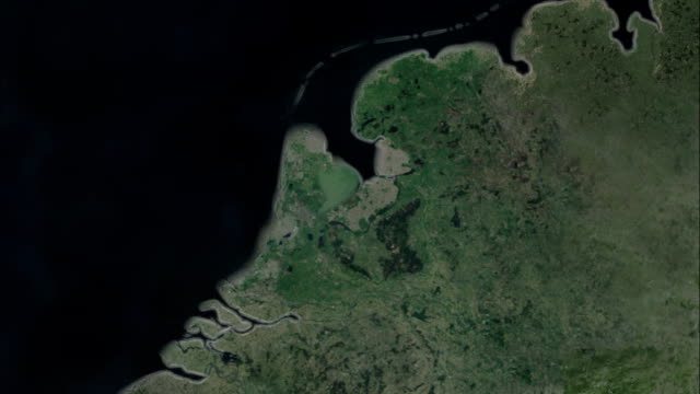 stockvideo's en b-roll-footage met a cgi map of the netherlands shows the impact of rising sea levels. available in hd. - nederland