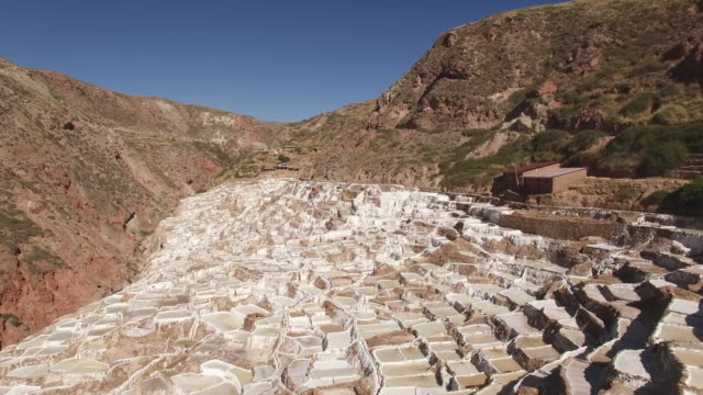 maras salt farms (salinas de maras), peru drone view - peruviano video stock e b–roll