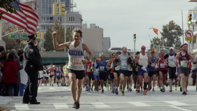 vídeos de stock, filmes e b-roll de nyc marathon 2013 - maratona