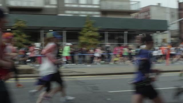 vídeos y material grabado en eventos de stock de nyc marathon 2013 - accesorio de cabeza