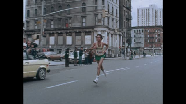vidéos et rushes de marathon archive footage - alberto salazar wins in his first marathon. - marathon