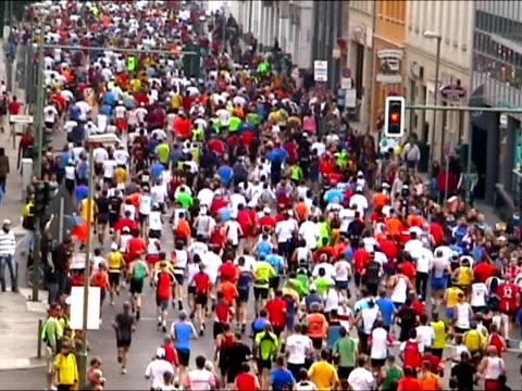 マラソンランナーの街 - トラック競技点の映像素材/bロール