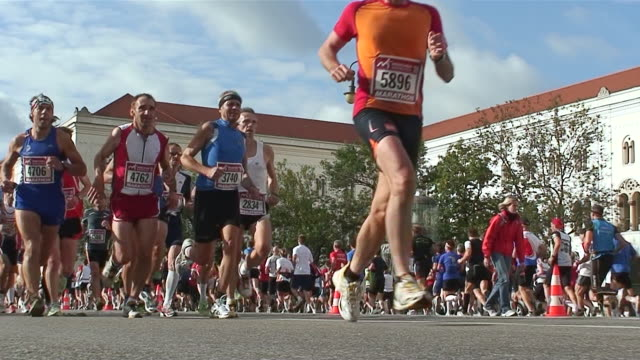 "vídeos de stock, filmes e b-roll de ms marathon run on central street ""luwigstraãŸe"" / munich, bavaria, germany - maratona"