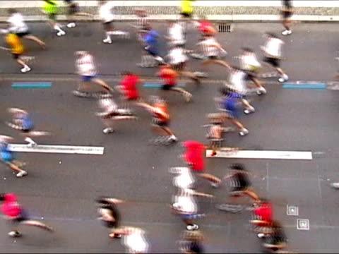 vidéos et rushes de coureurs de marathon en arrière et une longueur d'avance - en individuel