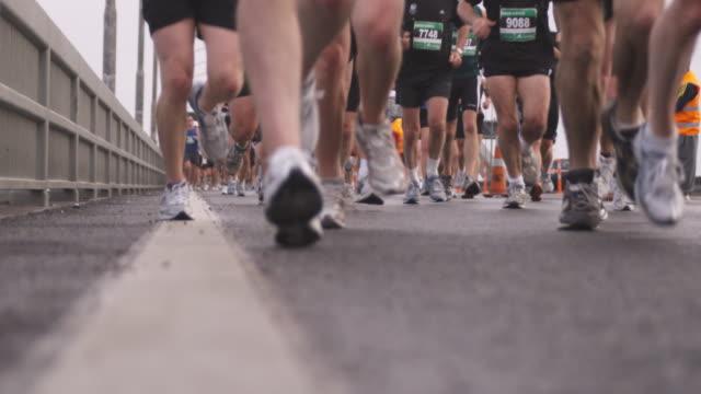 vídeos de stock, filmes e b-roll de slo mo, cu marathon runners, low section, auckland, new zealand - maratona